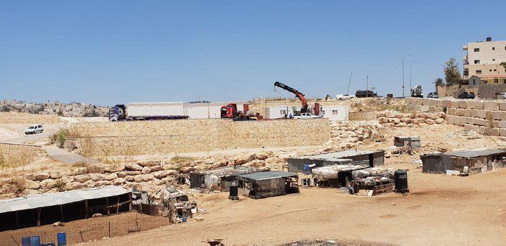 """المعركة مستمرة....الاحتلال ينصب """"كرافانات"""" في محيط أبو ديس (صور،فيديو)"""