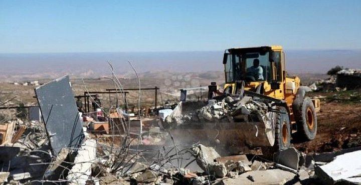 الاحتلال يخطر مواطنا من بلدة يطا بهدم 3 منازل