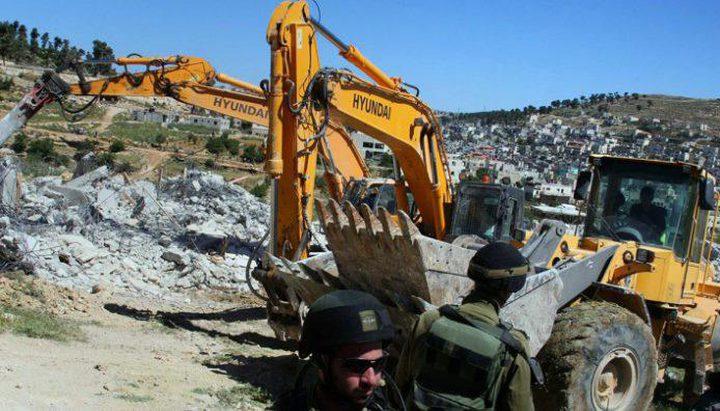 الاحتلال يخطر بهدم 3 غرف سكنية ويهدد بإزالة مدرسة جنوب الخليل