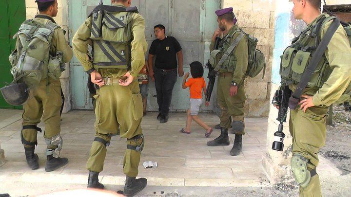 الاحتلال يحتجز طفلين قرب الحرم الإبراهيمي الشريف