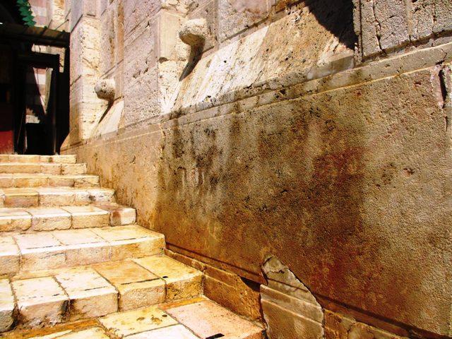 """مستوطنون ينحتون""""الوصايا العشر"""" على أبواب الحرم الابراهيمي"""