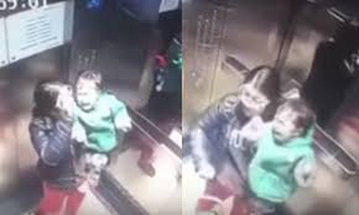 مربية تضرب رضيعاً بعنف بعد بكاءه لانصراف أمه(فيديو)