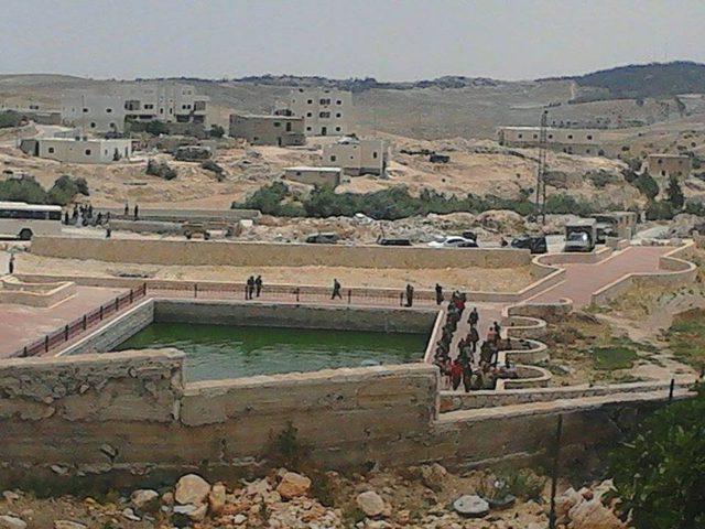 قوات الاحتلال تداهم شرق يطا وتصور آبارا لجمع المياه