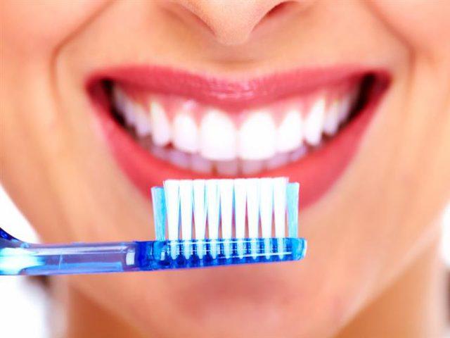 عند السفر.. فرش أسنانك مع المياه المعدنية