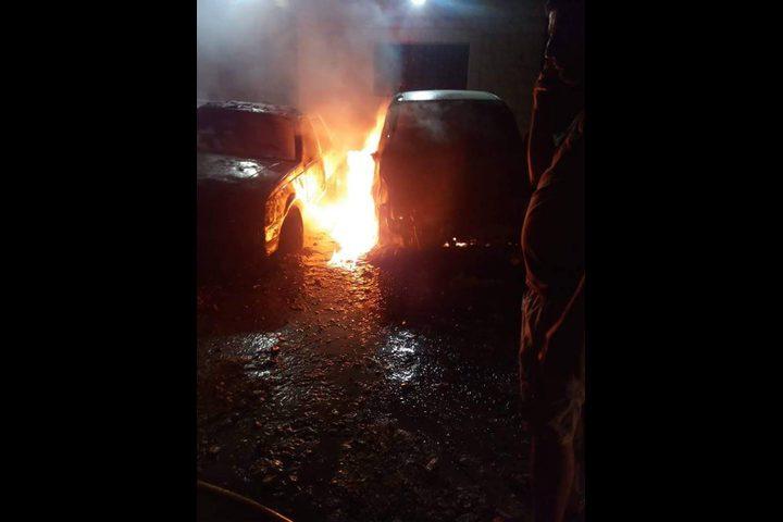 مستوطنون يحرقون مركبتين جنوب نابلس (صور)