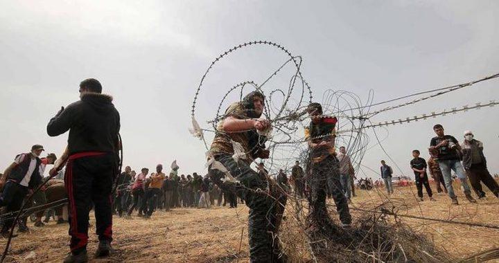 المتظاهرون يتمكنون من سحب السياج الفاصل