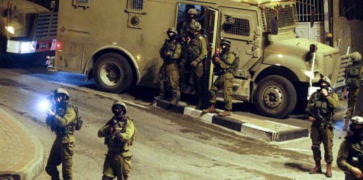 الاحتلال يقتحم بلدة الرام ويداهم متاجر المواطنين