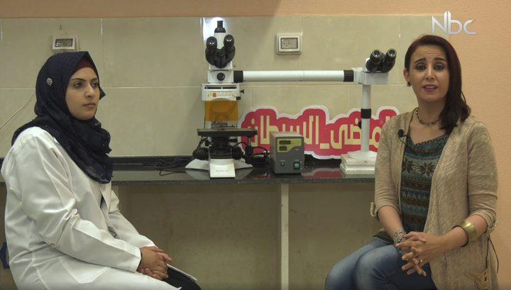 طالبة تعمل على إنتاج تركيب خاص لمرضى السرطان