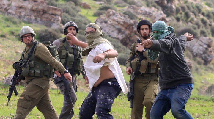 مستوطنون يقصون أسلاكاَ شائكة في تل الرميدة