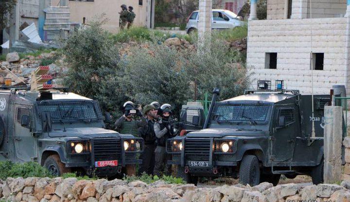 الاحتلال يداهم بيت أمر ويهدد سكانها بالانتقام