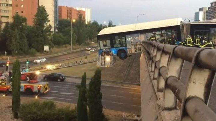 حافلة تتدلى من حافة جسر في حادثة غريبة (فيديو)