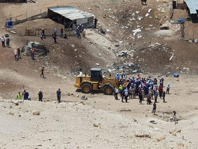 إسرائيلي يفضح حكومته ويكشف عن سرقتها للأراضي