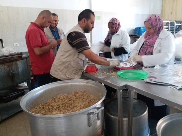 متطوعون يتكاثفون لسد رمق عائلات مستورة في غزة