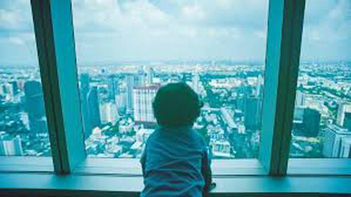 معجز تنقذ طفلا سقط من الطابق الرابع (فيديو)