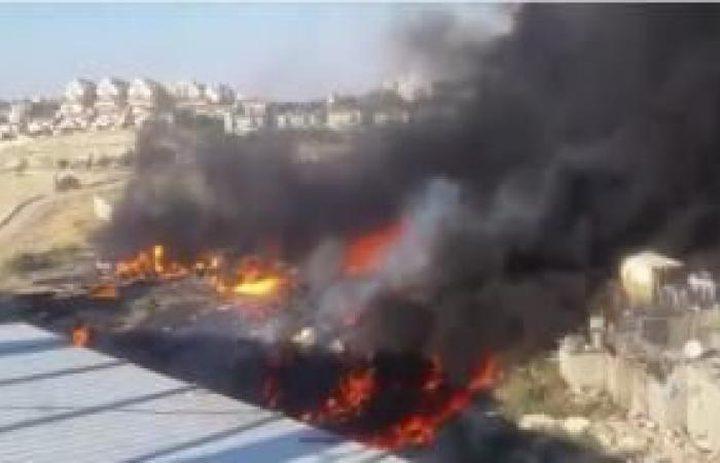 حريق كبير عند مدخل بلدة العيزرية في القدس