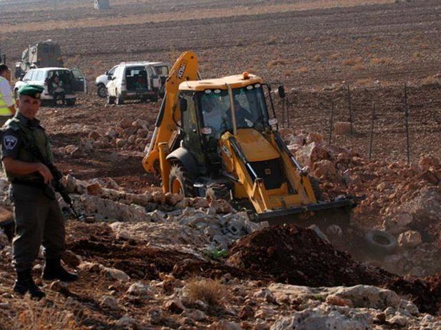 الاحتلال يشق طريقا ويدمر خط مياه في الرأس الأحمر