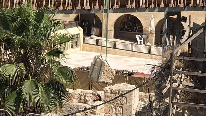 الاحتلال ينقل الحجر الساقط من السور الغربي للأقصى