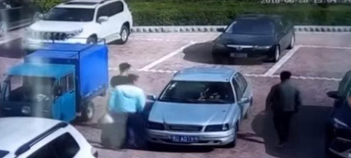 """صيني """"يطفئ"""" سيارة مشتعلة بالنفخ عليها! (فيديو)"""