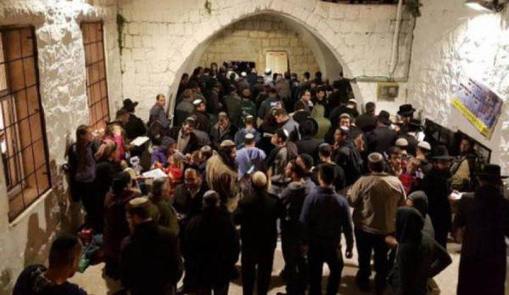مستوطنون يؤدون طقوسا تلمودية بمحيط مسجد في الخليل