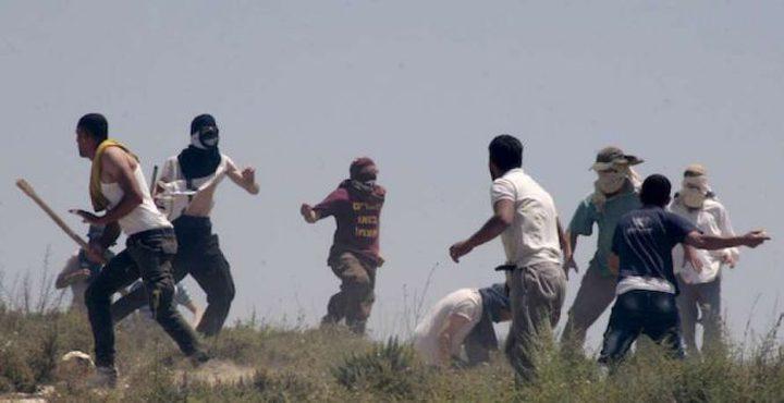 مستوطنون يحرقون منزلا ويحطمون آخر جنوب نابلس