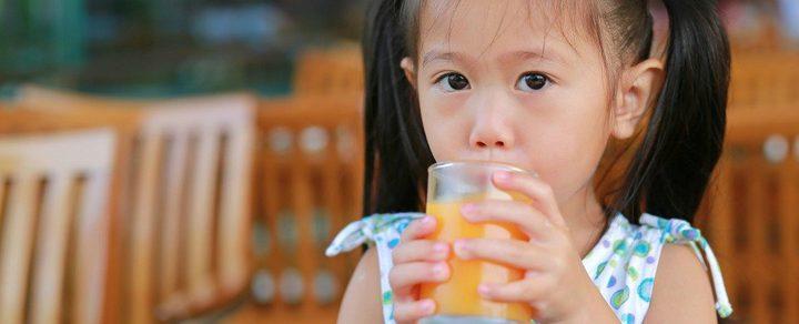 عليك التوقف عن إعطاء طفلك الكثير من العصير