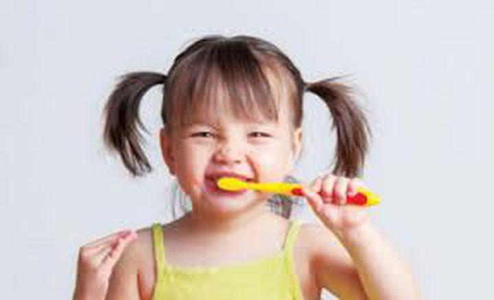 متى يجب عليك البدء في العناية بأسنان طفلك ؟