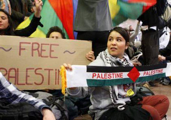 الاحتلال يرحّل أجانب لتأييدهم للحقوق الفلسطينية