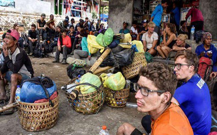 زلزال يحاصر مئات السياح على جبل بأندونيسيا
