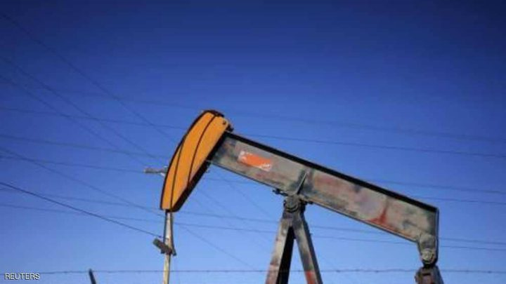 النفط يوسع خسائره بعد أكبر تراجع في عامين