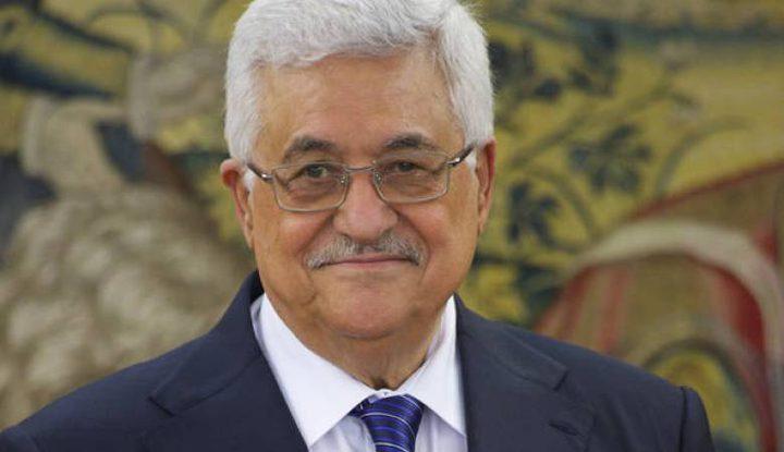 الرئيس يستقبل القائمين على مبادرة الزي الفلسطيني