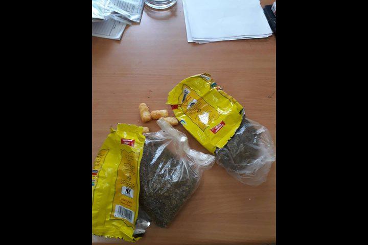 الشرطة تضبط مخدرات مخبأة في أكياس الشيبس