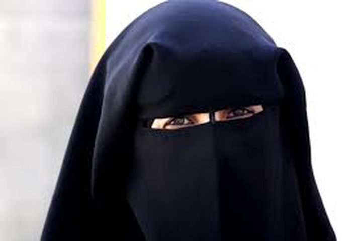 تغريم أول امرأة خرقت حظر لبس النقاب بالدنمارك