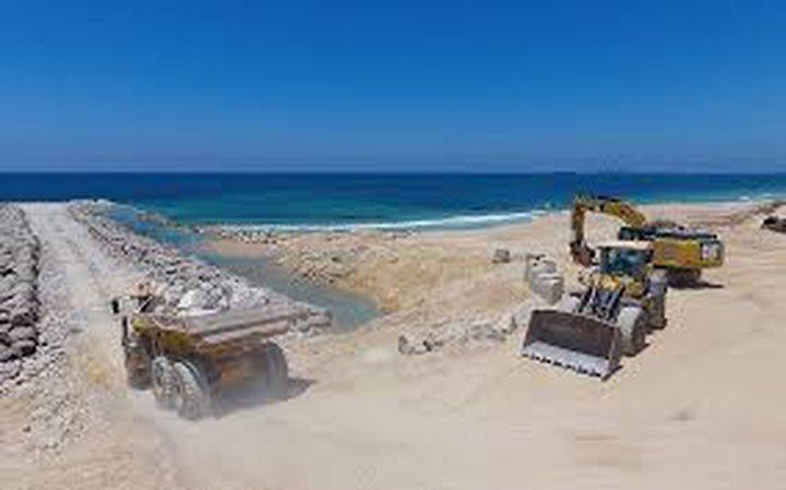 """شاهد الصور الأولى لمشروع """"الحاجز البحري""""في غزة"""