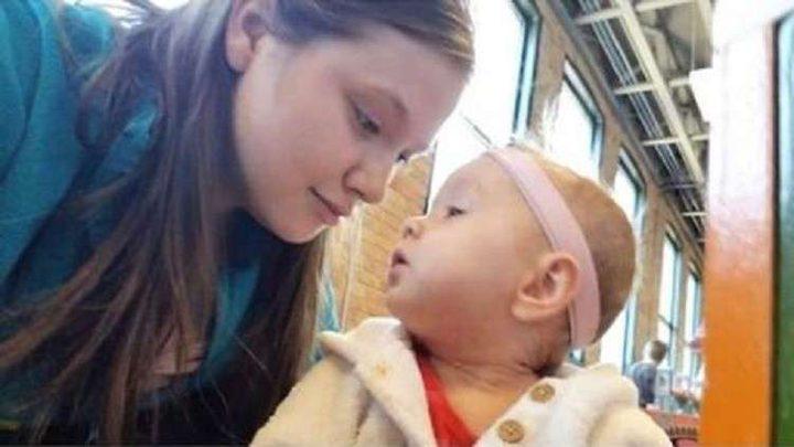 """مرض نادر يجبر أما على غسل طفلتها بـ""""الكلور""""!"""