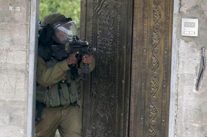الاحتلال يحطم محتويات منازل ومؤسسة في الجلزون