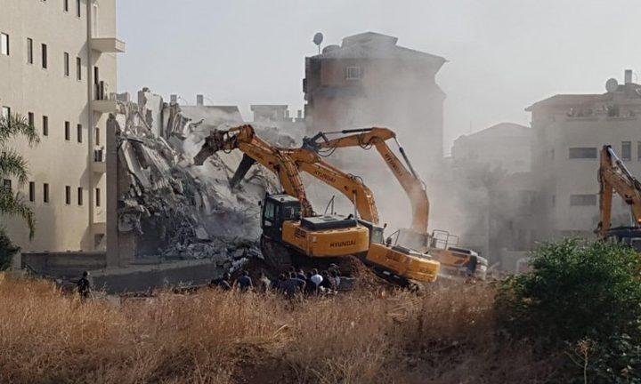 جرافات الاحتلال تهدم شقة في بناية سكنية بشعفاط