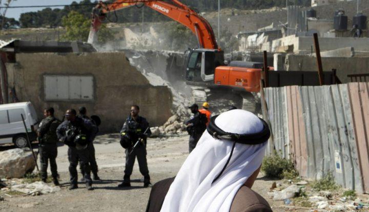 بلدية الاحتلال توزع اخطارات هدم في قرية العيسوية