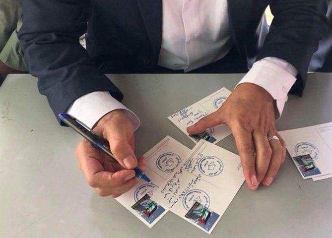 بطاقات البريد الفلسطيني تنطلق إلى العالم من الخان