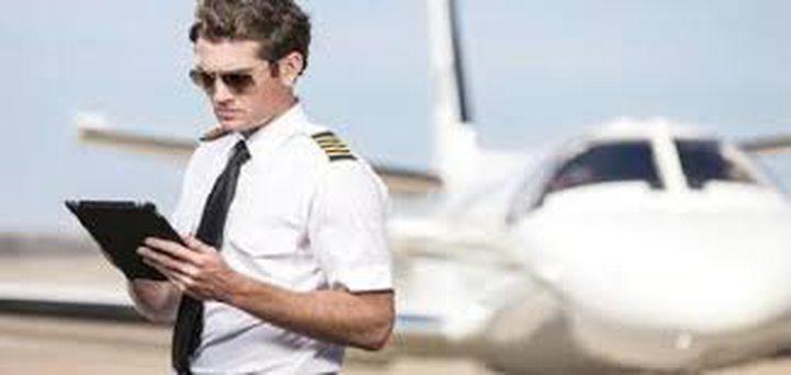"""طيار يدهش الجميع بخوض تحدي """"كيكي"""" بطائرته"""