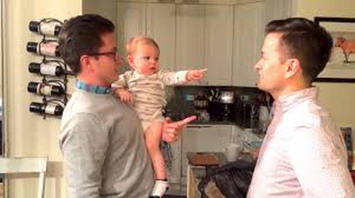 طفل حائر بين أبيه وعمه التوأم