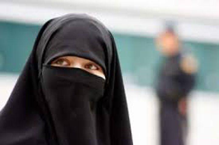 عرض أزياء مثير للجدل احتجاجا على حظر النقاب!