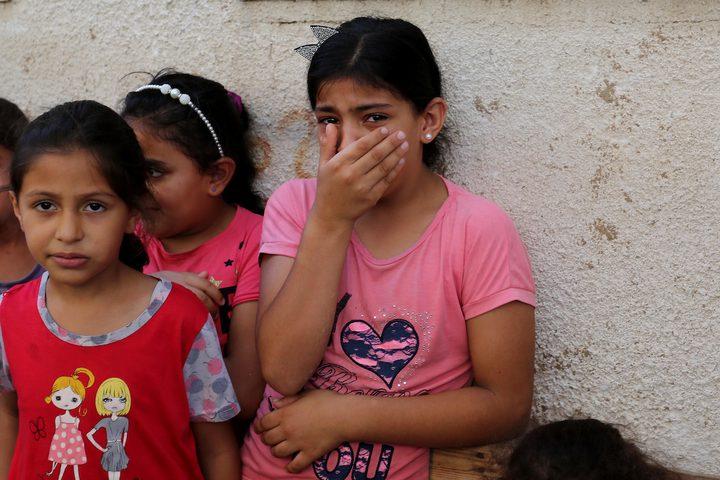 طفلة تبكي في وداع الشهيد وسام حجازي
