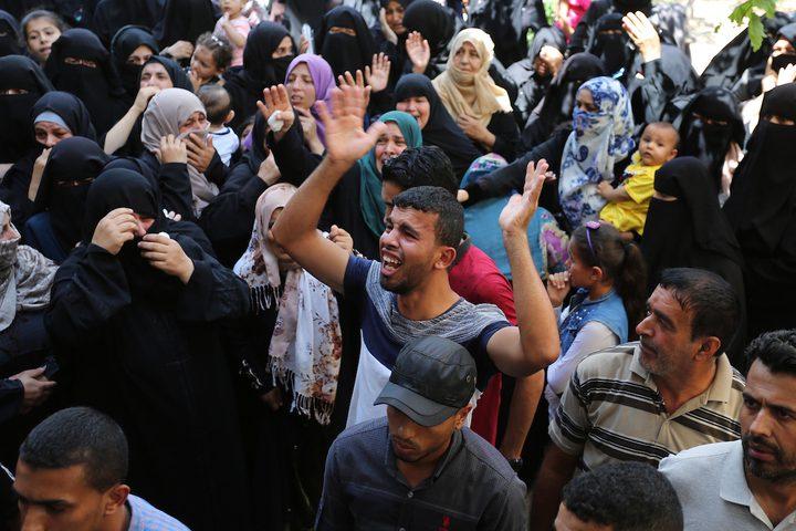 نساء ورجال يشيعون جثمان الشهيد وسام حجازي