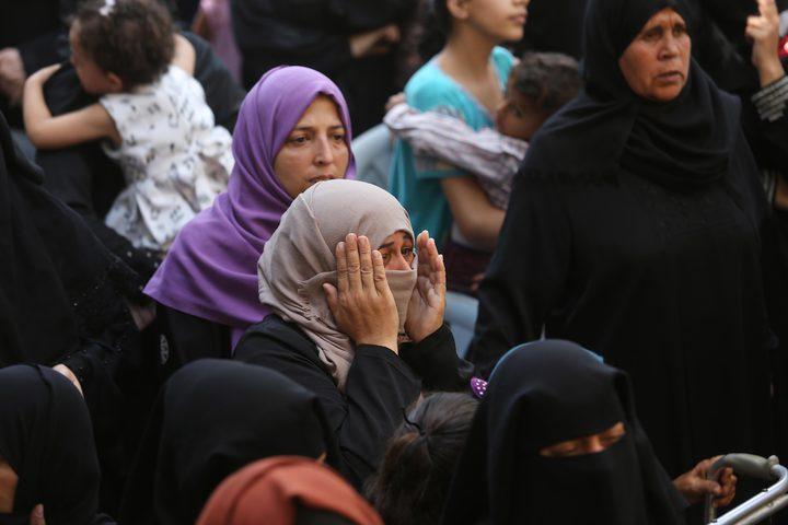 إمرأة تبكي على الشهيد وسام حجازي