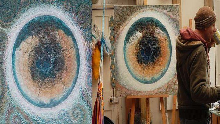 رسام يبدع لوحة تخلّد ديدانا طويلة عاشت في عينيه!
