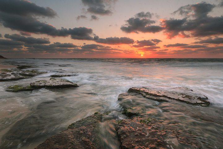 مجموعة من الصور التقطت في 14 أغسطس 2018 تظهر غروب الشمس على شاطئ دير البلح في وسط قطاع غزة.