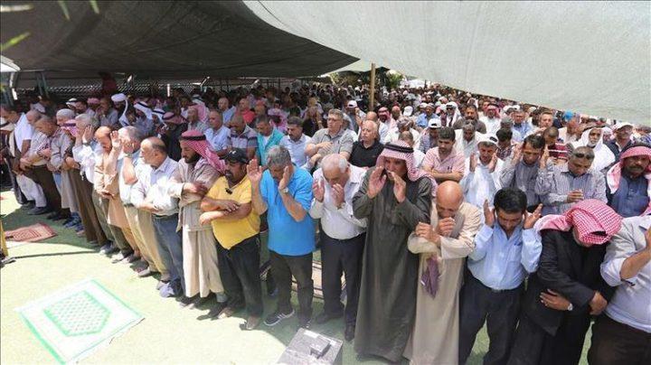 المئات يؤدون الجمعة في الخان الأحمر