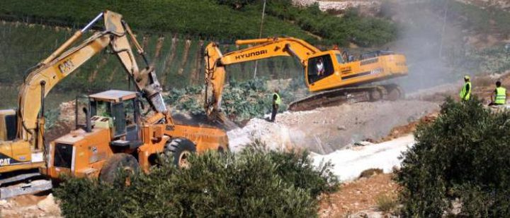 الاحتلال يستولي على جرافة بالأغوار