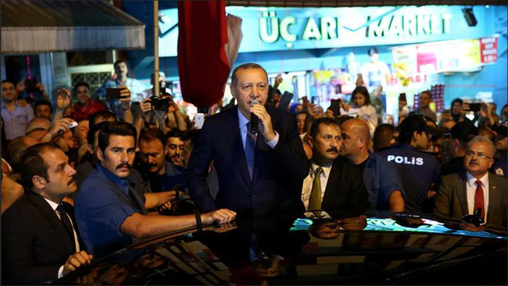 أرودغان يمازح عائلة قطرية بأحد اسواق اسطنبول