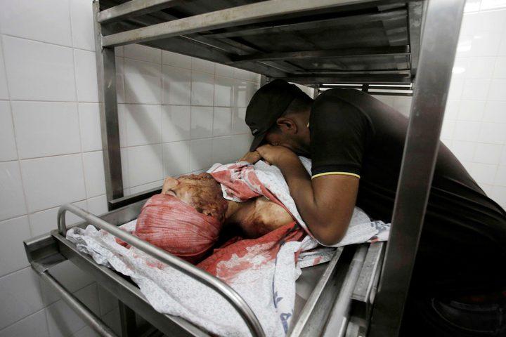 البكاء على الشهيد سعدي معمر ، 26 عاماً ، الذي قُتل برصاص قوات الاحتلال الإسرائيلي خلال مسيرات العودة على الحدود الشرقية في قطاع غزة ،